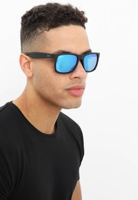 Ray-Ban - JUSTIN - Occhiali da sole - black/green/mirror blue - 1