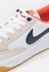 Nike SB - ADVERSARY PREMIUM UNISEX - Tenisky - white/midnight navy/turf orange - 5