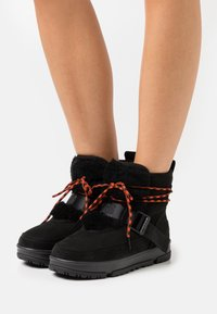 UGG - CLASSIC WEATHER HIKER - Winter boots - black - 0