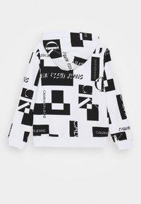 Calvin Klein Jeans - PATCH LOGO HOODIE - Hoodie - white - 1