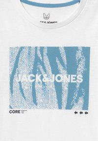 Jack & Jones Junior - JCOBOOSTER TEE CREW NECK - Print T-shirt - white - 3