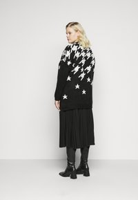 CAPSULE by Simply Be - COSY BOYFRIEND HOUNDSTOOTH STAR JUMPER - Jumper - black/ivory - 2