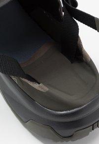 Salomon - TECH AMPHIB 4 - Obuwie hikingowe - black/beluga/castor gray - 5