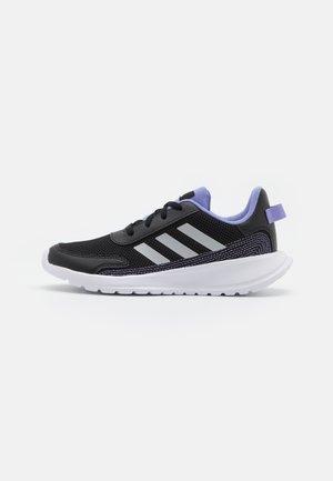 TENSAUR RUN UNISEX - Neutrální běžecké boty - core black/silver metallic/light purple