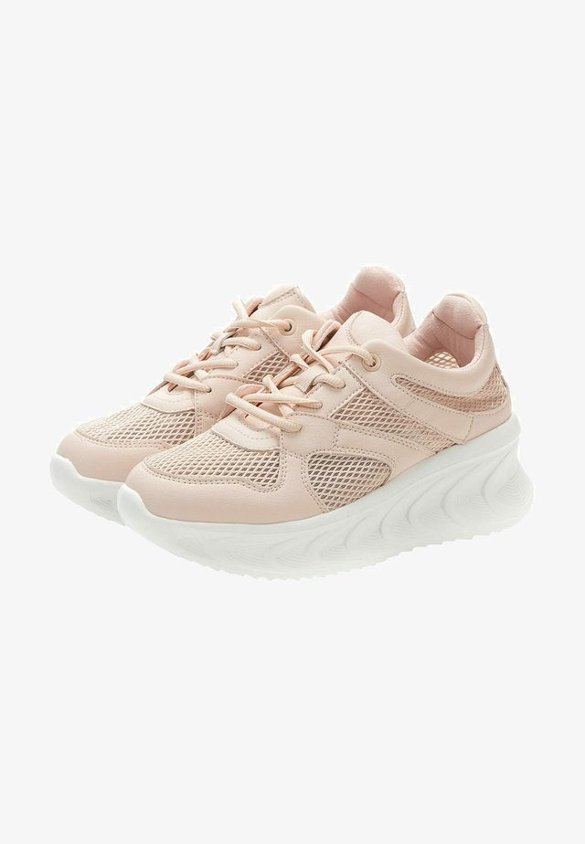 Trainers - peach