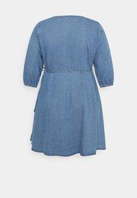 Vero Moda Curve - VMHENNA 3/4 WRAP SHORT DRESS - Denim dress - light blue - 7