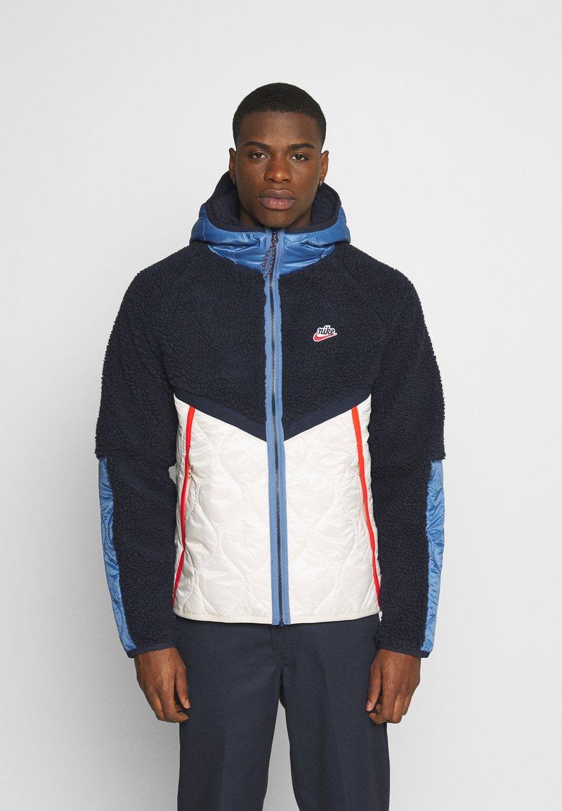 Nike Sportswear - WINTER - Veste d'hiver - obsidian/orewood/chile red