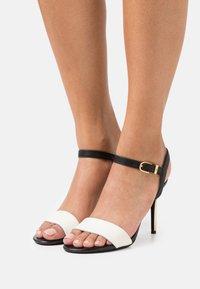 Lauren Ralph Lauren - GWEN - Sandály na vysokém podpatku - vanilla/black/gold - 0