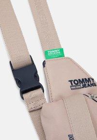 Tommy Jeans - CAMPUS BUMBAG PRINT UNISEX - Taška spříčným popruhem - beige - 3