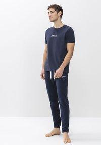 T-SHIRT SERIE HOME OFFICE - Pyjama top - yacht blue