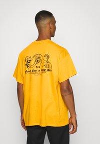Vintage Supply - CHEERS TO KEBAB - Print T-shirt - yellow - 2