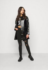 Missguided Petite - SINNER HIGHWAISTED AUTHENTIC RIPPED - Jeans Skinny Fit - black - 1