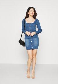 Missguided Petite - LONG SLEEVE SQUARE NECK STRETCH DRESS MID WASH - Sukienka jeansowa - blue - 1