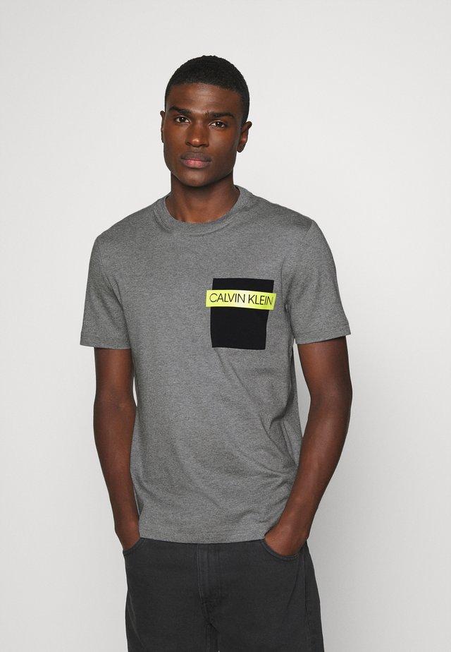 POCKET - Print T-shirt - grey