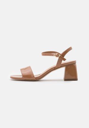 GLEAWIA - Sandalen - light brown