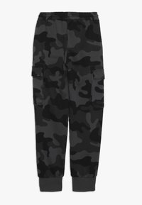 Champion - AMERICAN CLASSICS MAXI LOGO CUFF CARGO PANT - Verryttelyhousut - dark grey/black - 1