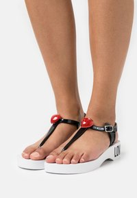 Love Moschino - Sandály s odděleným palcem - black - 0