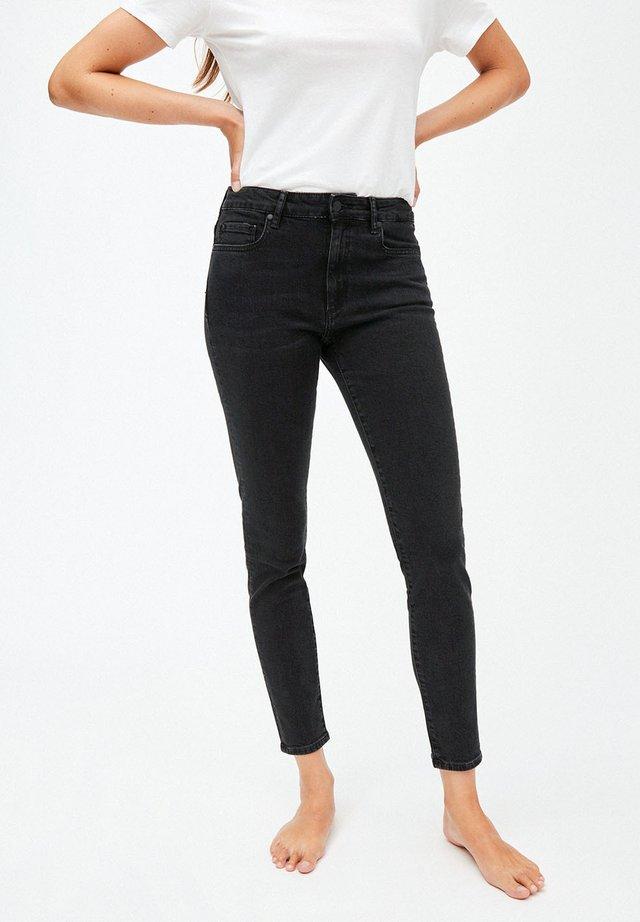 TILLY - Slim fit jeans - washed down black