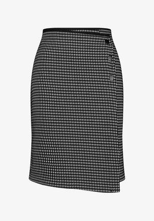 MIT WICKELEFFEKT - Pencil skirt - schwarz/ecru/weiss patch