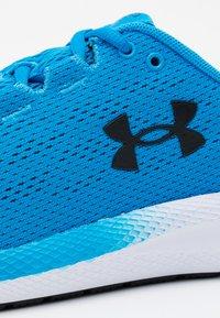 Under Armour - CHARGED PURSUIT 2 - Zapatillas de running neutras - electric blue - 5