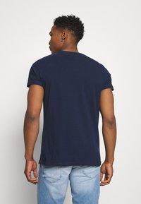 REVOLUTION - REGULAR - Basic T-shirt - navy melange - 2