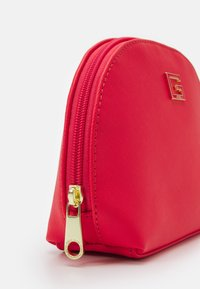 Guess - NOHEA DOME - Trousse - cherry - 3