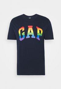 GAP - V-ARCH FILL PRIDE - Print T-shirt - dark blue - 3