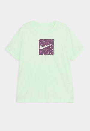 SWOOSHFETTI - T-shirt z nadrukiem - vapor green