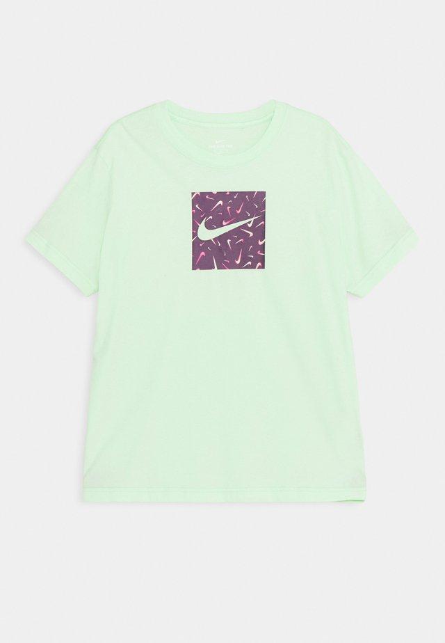 SWOOSHFETTI - Print T-shirt - vapor green