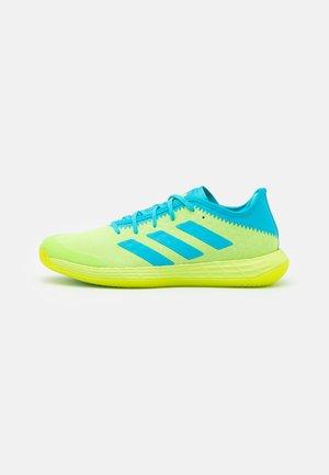 ADIZERO FASTCOURT  - Handball shoes - signal green/signal cyan/footwear white