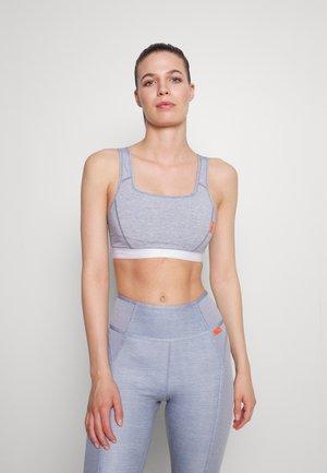 SOFT TEE BRA - Medium support sports bra - ashen slate heather/white