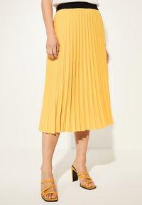 comma - Pleated skirt - yellow - 0