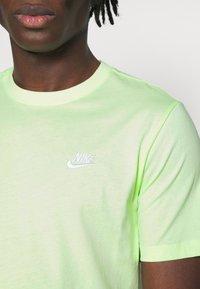 Nike Sportswear - CLUB TEE - T-shirt - bas - liquid lime/white - 3