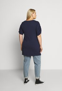 CAPSULE by Simply Be - TUCK SIDE  - Triko s potiskem - dark navy