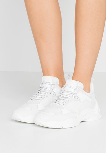 CURVE RUNNER - Sneakers laag - white