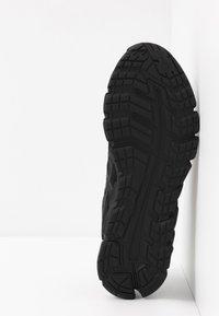 ASICS - GEL-QUANTUM 180 5 - Chaussures de running neutres - black - 4