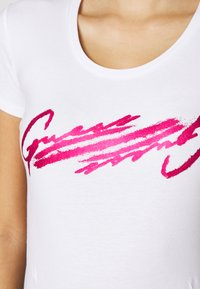 Guess - T-shirt con stampa - true white - 4