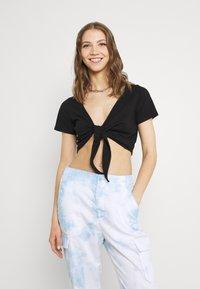 Monki - T-shirt med print - black - 0