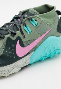 Nike Performance - WILDHORSE 6 - Zapatillas de trail running - spiral sage/beyond pink/seaweed/aurora green/light silver - 5