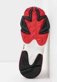 adidas Originals - Sneakersy niskie - chalk white/offwhite/scarlet - 8