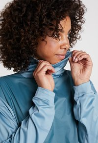 Salomon - ELEVATE AERO COZY - T-shirt à manches longues - smoke blue - 3