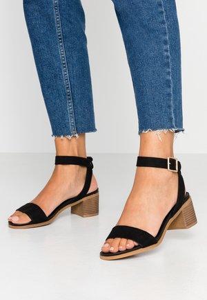 BARLEY COMFORT FOOTBED STACK HEEL - Sandales - black