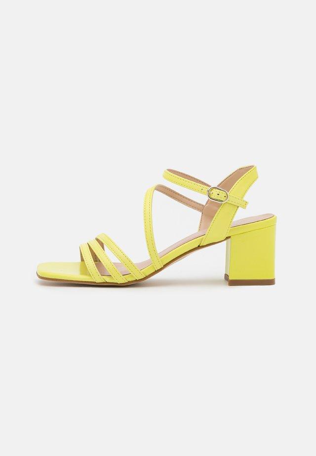 DIAMY - Sandály - jaune