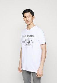 True Religion - CORE LOGO TEE - Camiseta estampada - white - 0