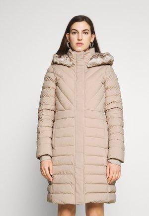 LONG PUFFER - Kabát zprachového peří - taupe