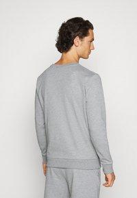 CLOSURE London - DOUBLE SCRIPT CREWNECK SHORT SET - Sweatshirt - grey - 4
