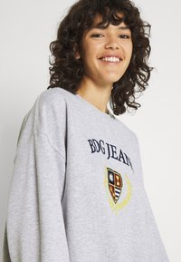 BDG Urban Outfitters - LARGE CREST EMBROIDERED CREWNECK - Sweatshirt - grey marl - 3