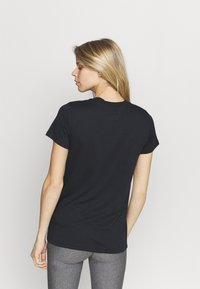 Under Armour - LIVE SPORTSTYLE GRAPHIC - T-shirts med print - black - 2