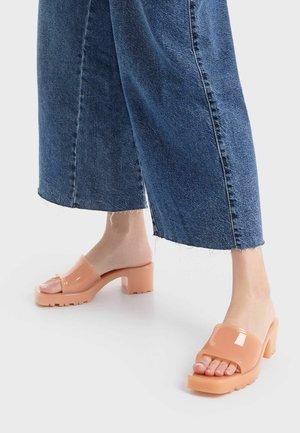 Pantofle na podpatku - orange