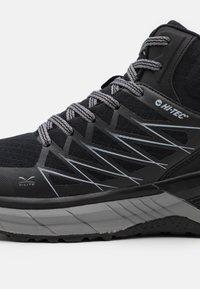Hi-Tec - TRAIL DESTROYER MID - Chaussures de marche - black/silver - 5